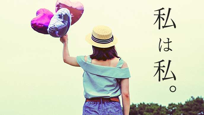 ハート型の風船を持ちながら空を見ている女の子