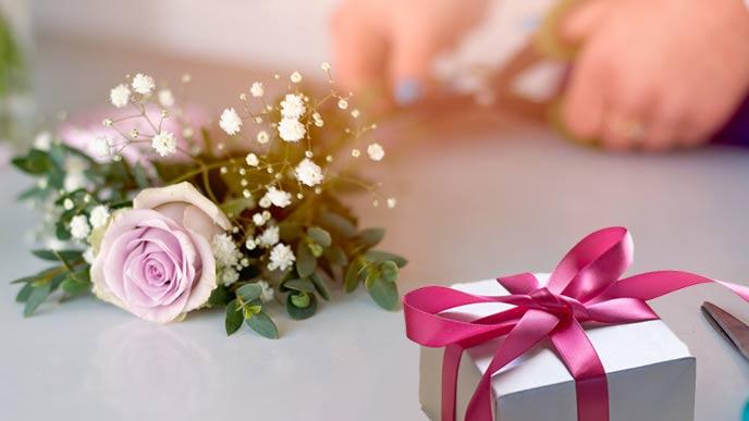 花とプレゼントの箱