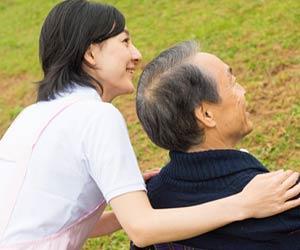 老人の肩を支える生活相談員