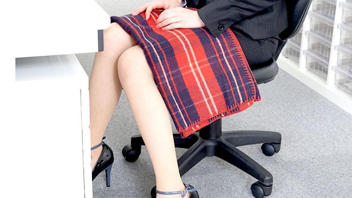 膝にブランケットを掛けた女性