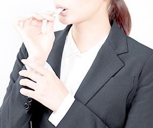 ガムを噛む女性