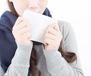 防寒具を持つ女性