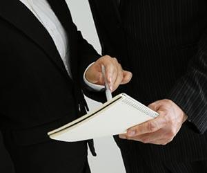司会者に意見要約を見せる書記