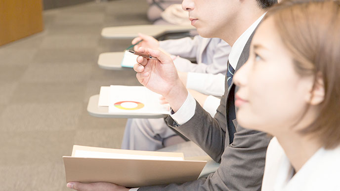 講習会に参加する社会人