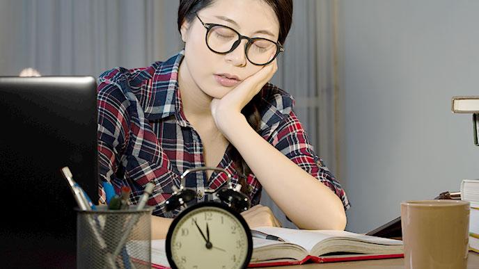 夜遅くまで勉強する女性