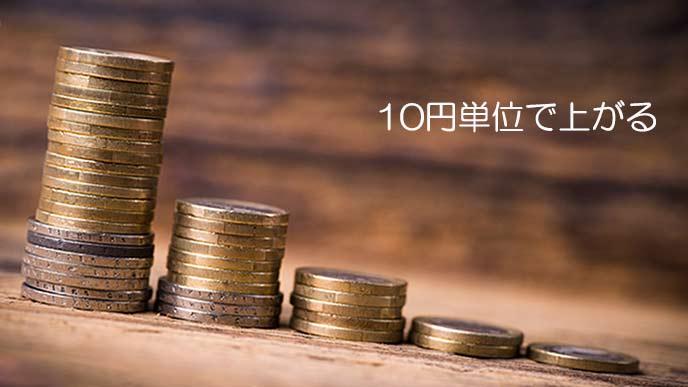10円硬貨が積み上げられて並んでいる