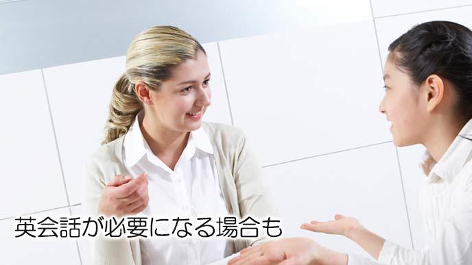 英語で対応する受付嬢