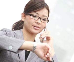 グレーのスーツで仕事する女性