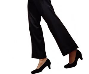 パンツをはいた女性