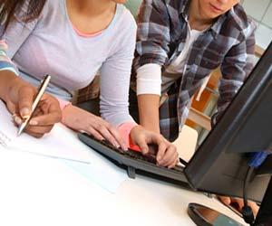 パソコンの操作を学ぶ就活学生