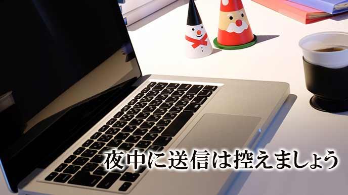 夜中に机の上で開かれたラップトップ