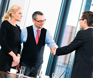ビジネス交渉で握手