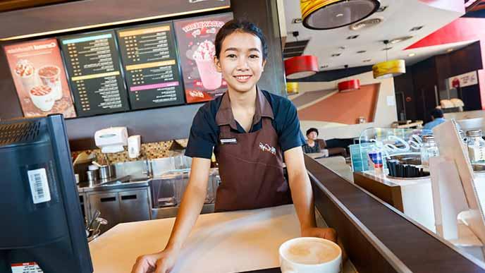 注文の準備をするアルバイト女性