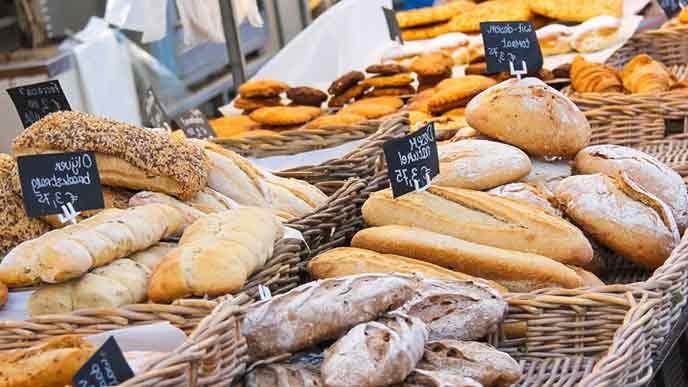 パン屋の店内バケットに並ぶパン
