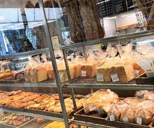 ガラスのケースに並ぶパン