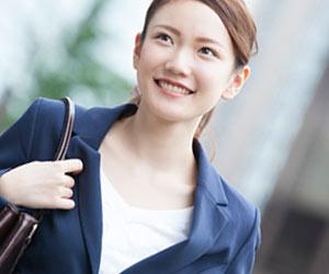 紺色のスーツで出勤する女性