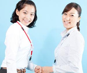 握手して挨拶する女性社員