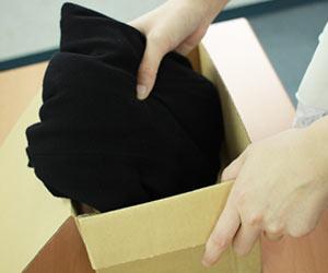 フリマで売る衣類を梱包する