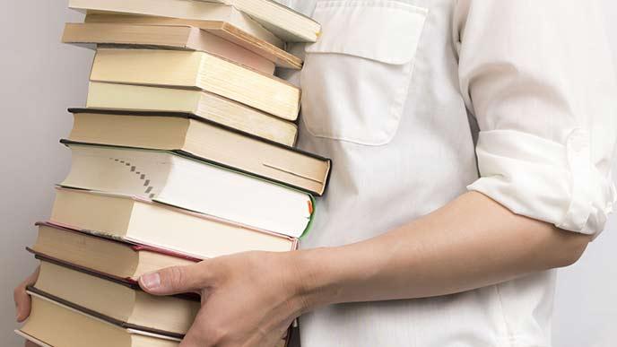 本を抱えて運ぶ