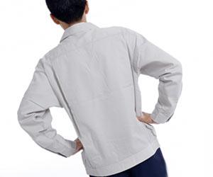 作業着を着て朝の体操をする男性
