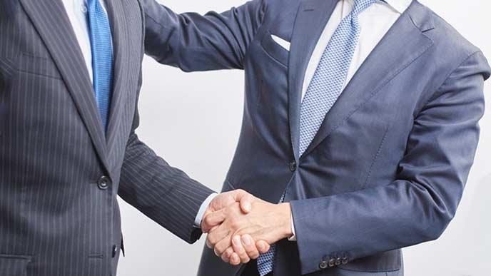 挨拶で握手するビジネスマン