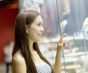 博物館の物を見る女性