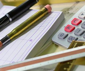 伝票と電卓とペン