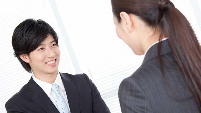笑顔で挨拶をする男性社員