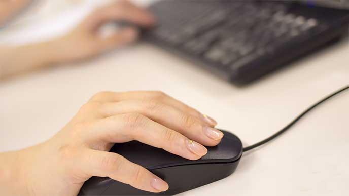 パソコンを操作している人の手