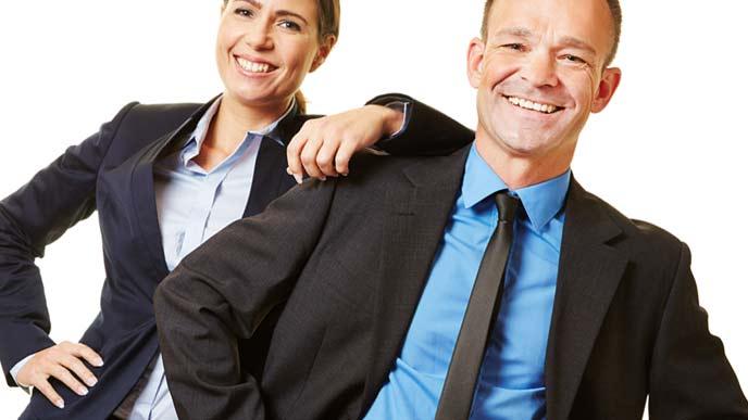 同僚と笑顔で接する男性