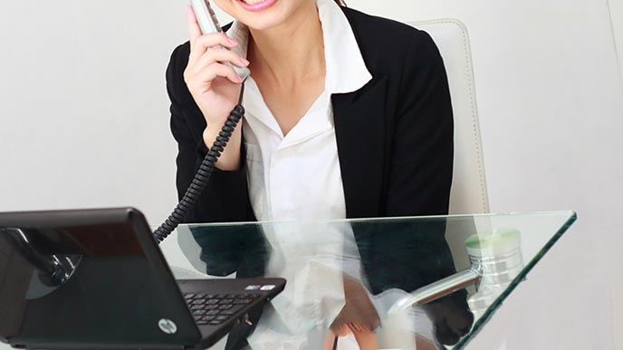 電話受付をする女性バイト