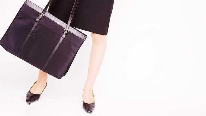 リクルートスーツのスカートを履いている女性