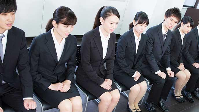 就活の面接を待つ女性たち
