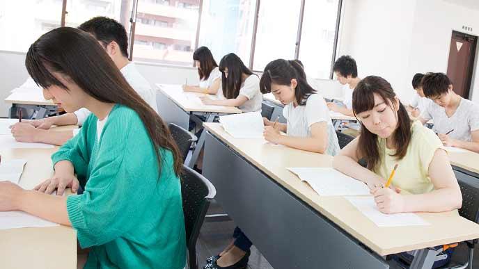 資格試験をうける受験生