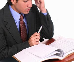 仕事を勉強するビジネスマン