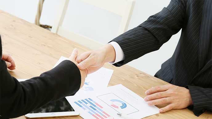 顧客と契約がまとまって握手してるプリセールス