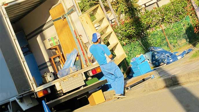 大きな荷物を運んでる引っ越し作業員