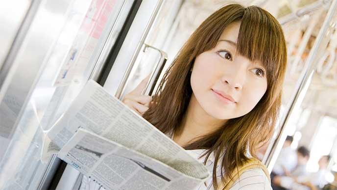 新聞を読んでる女性