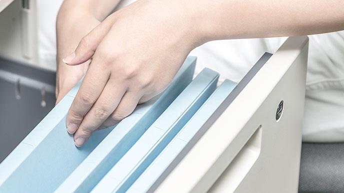 ファイルを整理する人の手