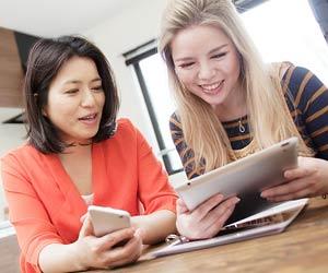 外国人女性に情報を教える日本人