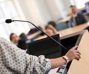 教壇に立つ講師