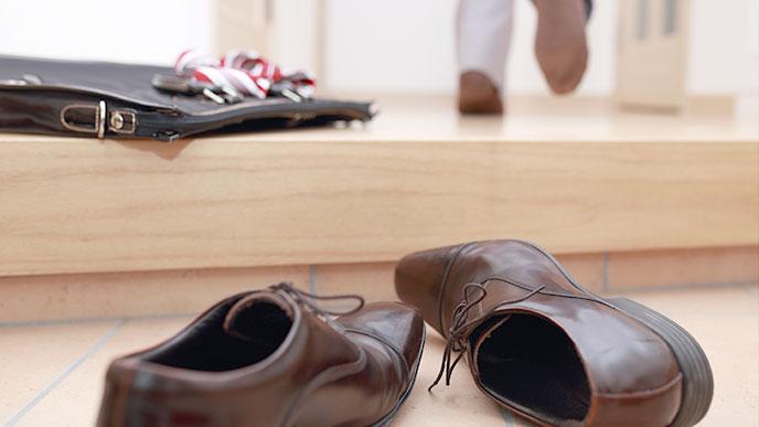 仕事から帰った男性の足