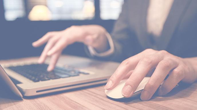 パソコンで仕事をする人の手