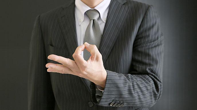 お金のジェスチャーをする男性の手
