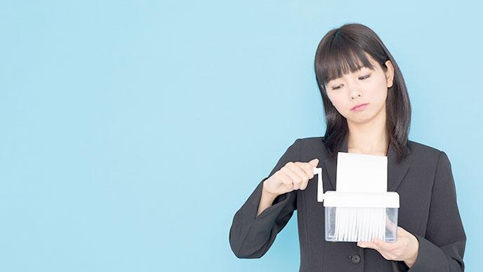 シュレッダーを操作する女性