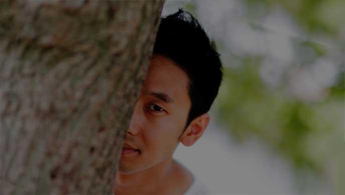 木の陰から覗いてるストーカー
