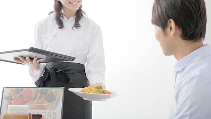 お料理を運ぶファミレスで働く女性