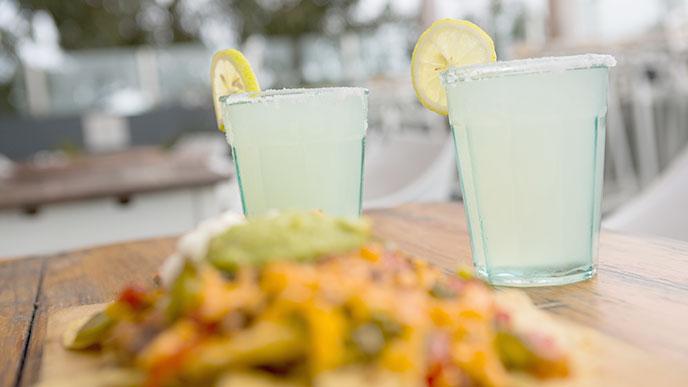 メキシコ料理の一皿とドリンク