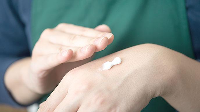 ハンドクリームを塗る人の手
