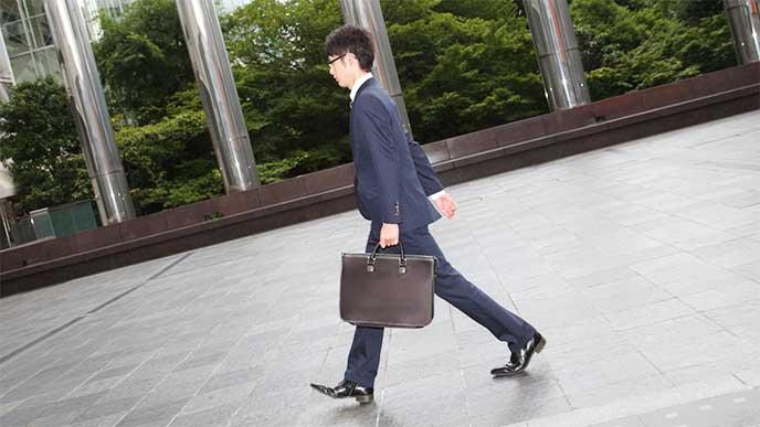 出勤中のスーツを着た男性